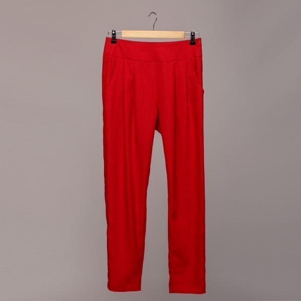 Narrow linen pants with two inner side pockets. Length 7/8